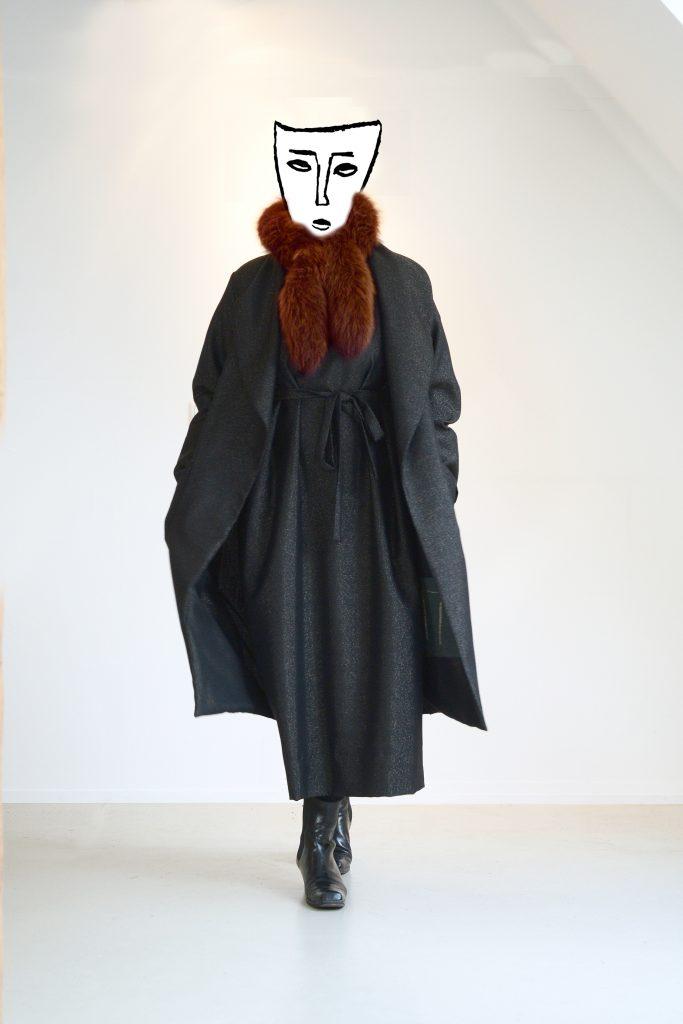 ensemble-mit-maske-und-roter-fellschal